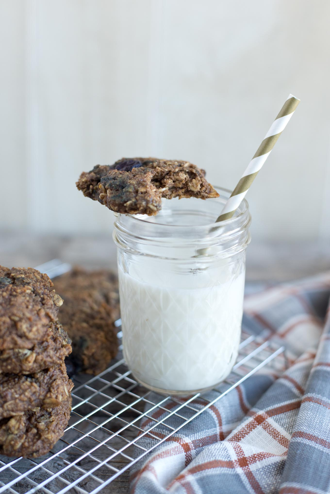 10 minute healthy, vegan, blueberry oatmeal breakfast cookies.