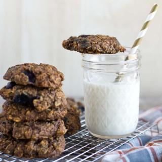 10 minute healthy, vegan, blueberry oatmeal breakfast cookies.