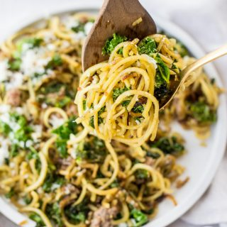 The easy spaghetti recipe you've been missing! This six ingredient spaghetti with garlic and kale is made in less than 20 minutes! #healthy #paleo #30minute